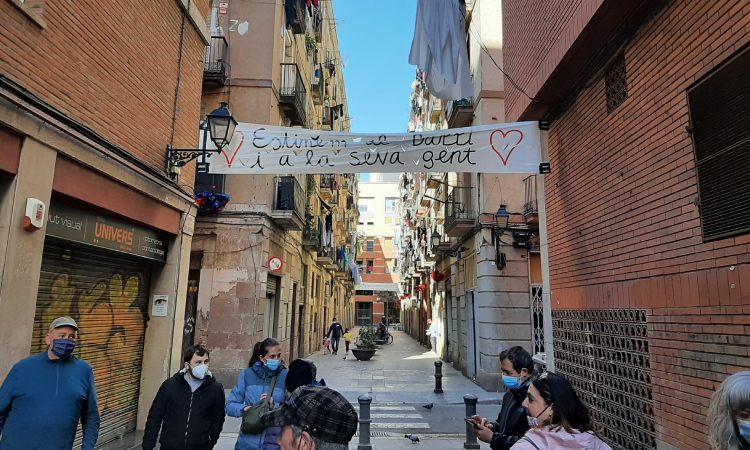 Decoren el carrer Bertran del Raval per denunciar els narcopisos