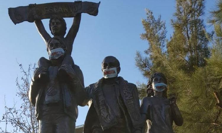 Les estàtues de Cornellà reclamen l'amnistia dels presos polítics
