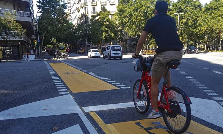 Obert a la circulació un carril bici que creua tot el districte