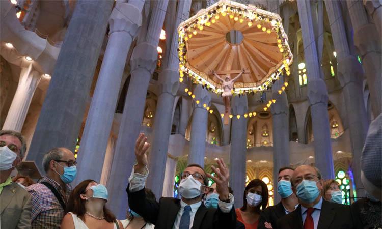 La Sagrada Família reobre per homenatjar els sanitaris