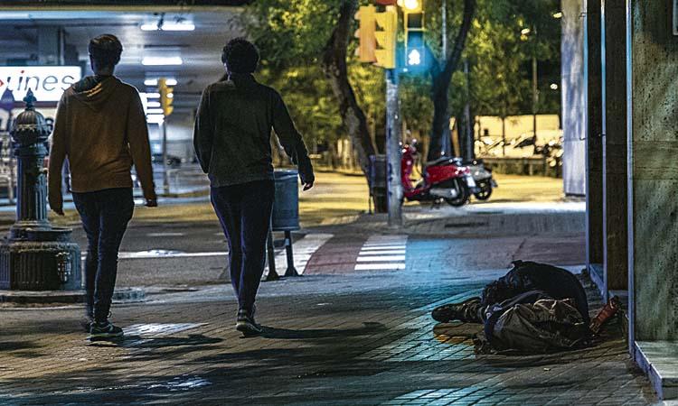 El confinament dels aïllats: 221 persones dormen als carrers de l'Eixample