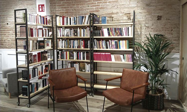 """Neix Byron, la llibreria que vol ser un """"club de cultura"""" a Sant Antoni"""