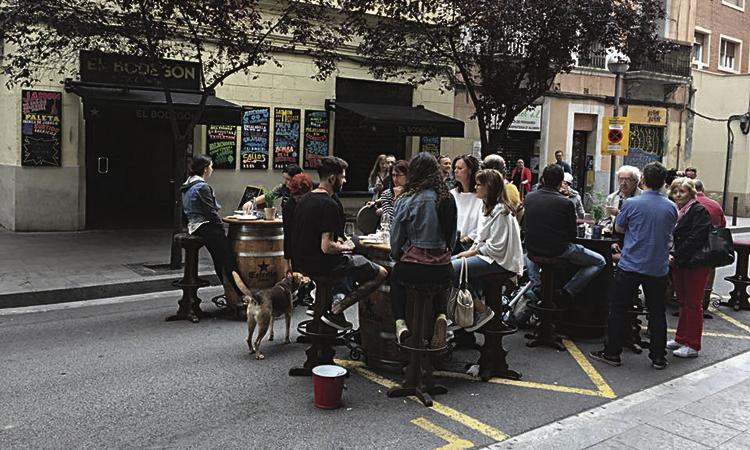 Torrent de l'Olla viu una diada festiva amb el comerç al carrer