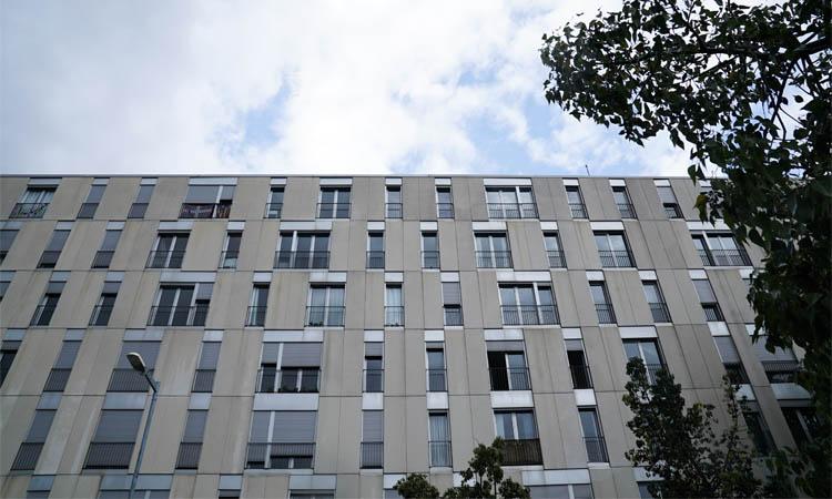 Colau vol multar Azora per tenir pisos socials buits a la plaça Alfons Comín