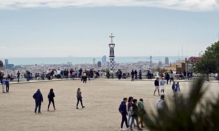 La plaça de la Natura del Park Güell ja llueix la restauració