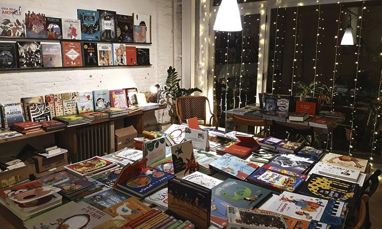 La llibreria La Memòria se salva gràcies a dos clients