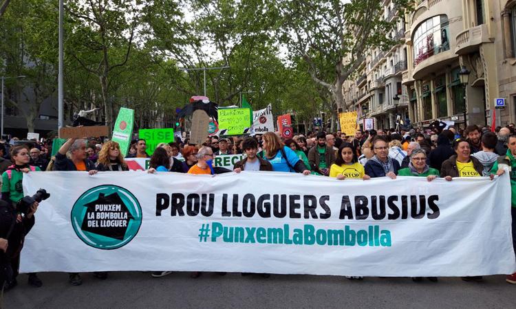 Milers de persones es manifesten contra les pujades dels lloguers