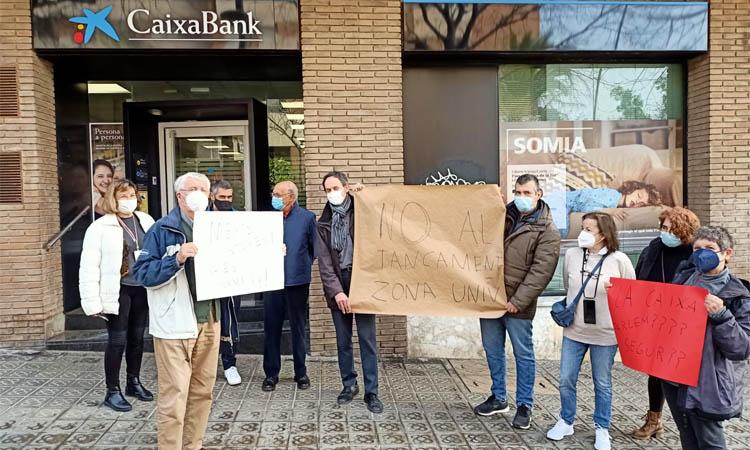 Caixabank mantindrà els caixers exteriors de l'oficina de Trias i Giró amb Alfambra