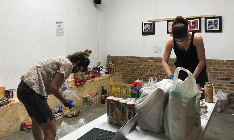 La Xarxa de Suport de les Corts reparteix menjar a 400 veïns