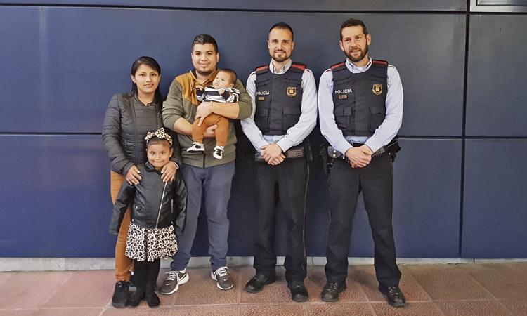 La ràpida intervenció de dos Mossos salva la vida d'un nadó
