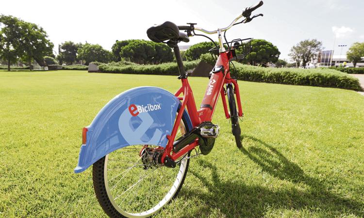 L'AMB desplega una xarxa de bicis elèctriques; les entitats no s'hi conformen