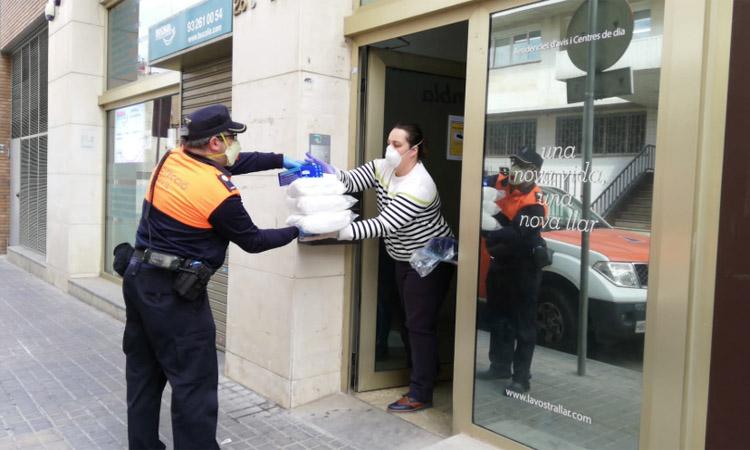 Protecció Civil reparteix material sanitari a les residències de la ciutat