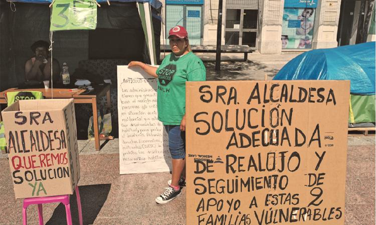 Tot l'agost acampant davant de l'Ajuntament per reclamar un pis