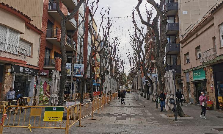 Només un de cada cinc comerços de Castelldefels atén en català quan hi entres