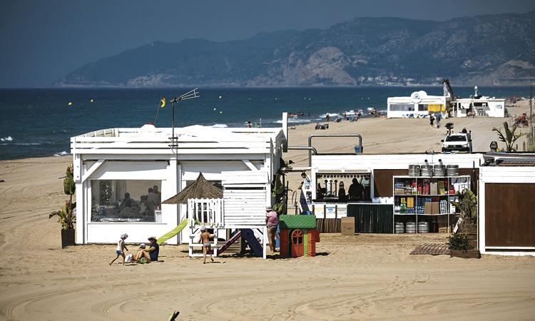 Un espai lliure de fum a la platja de Gavà per reduir la contaminació