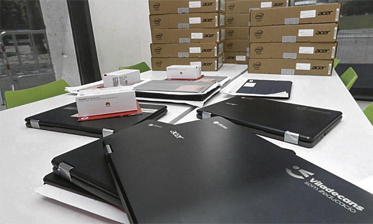 Viladecans reparteix 300 ordinadors per acabar el curs escolar