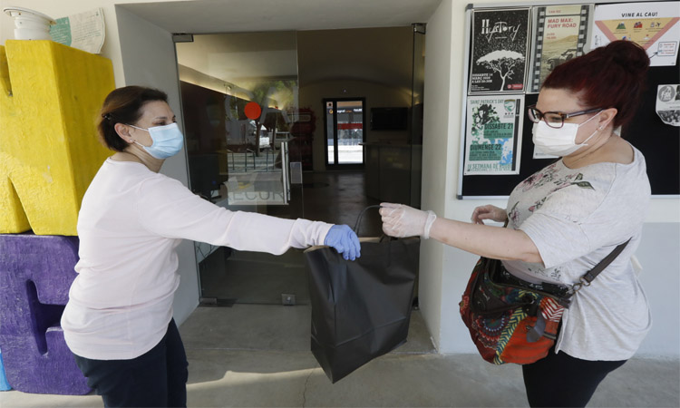 Viladecans reparteix material de seguretat als comerciants