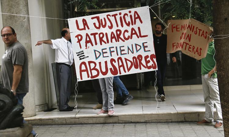 La mare tancada una setmana al Consolat d'Uruguai entrega la filla