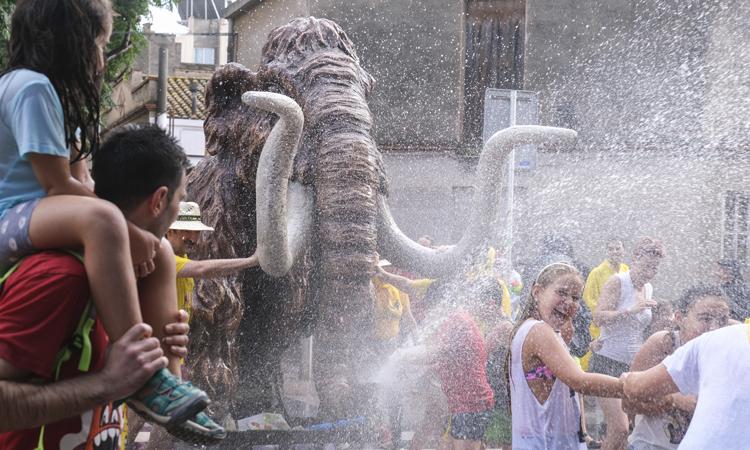 La Festa Major omple Viladecans d'aigua amb La Mamullada