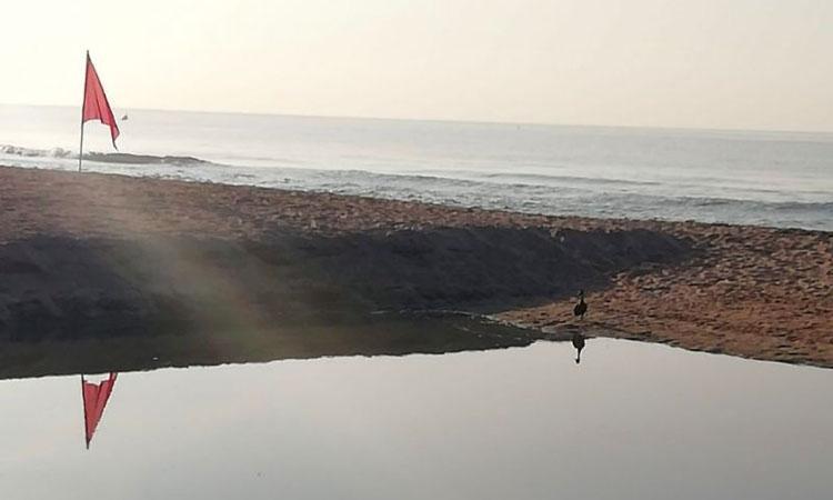 Castelldefels prohibeix el bany a la platja de la Pineda pel vessament d'aigües fecals