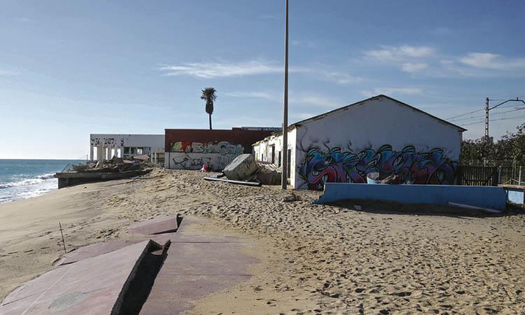 Arrenca l'enderrocament de l'antic club nàutic de Cabrera de Mar