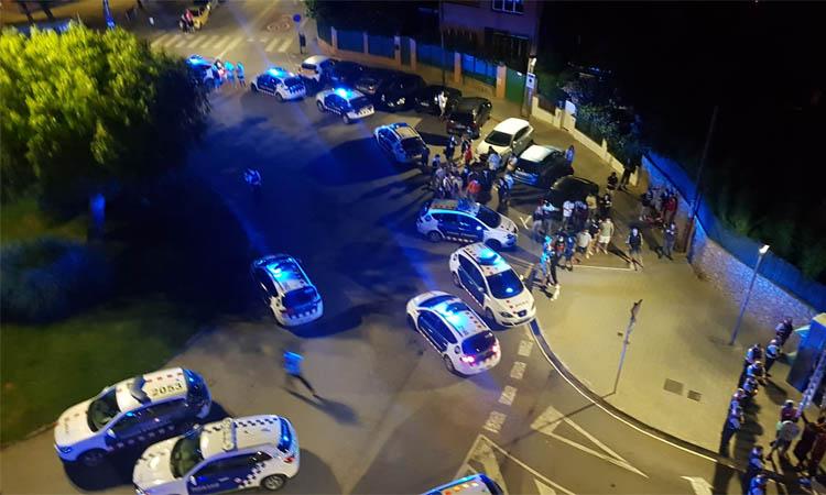 Mig centenar de veïns ataquen amb pedres un pis ocupat per joves migrats a Premià de Mar