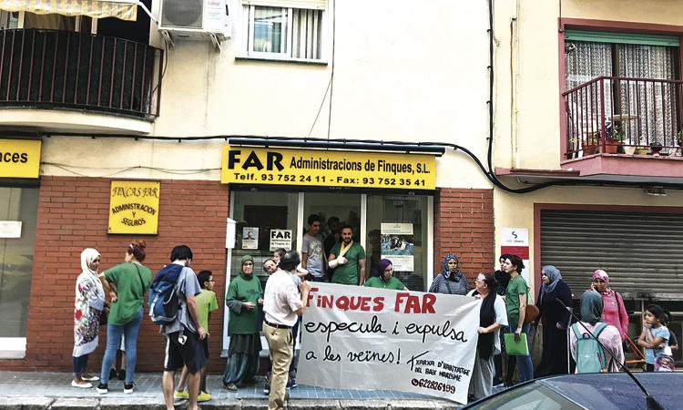 Ocupen una immobiliària contra un augment del lloguer a tres famílies
