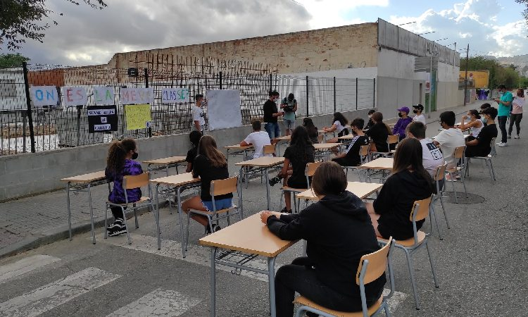 L'Institut Santa Coloma porta les aules al carrer per reclamar els mòduls pendents
