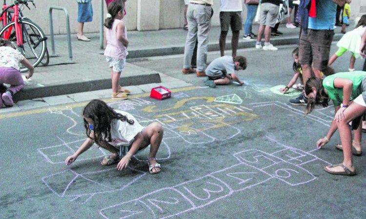 Nens jugant carrer Badalona