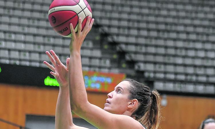 Olga Ruano jugant