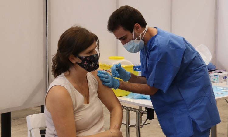Una trentena de persones, afectades per un error en la vacunació a Badalona