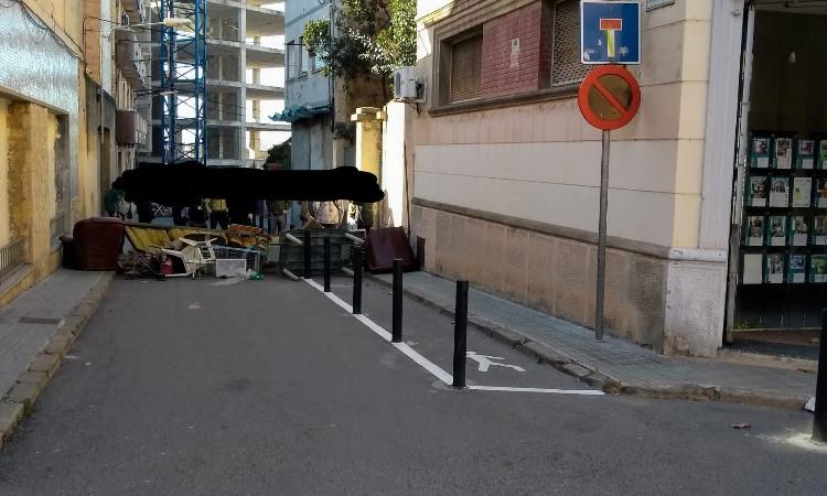 La pressió veïnal evita el tall de la llum a un bloc ocupat de Santa Coloma
