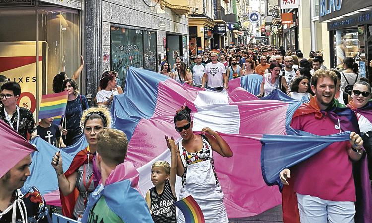 Badalona omple els carrers d'orgull i llibertat sexual