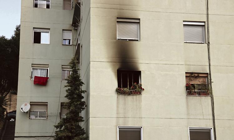 Mor un home a Santa Coloma mentre escapava d'un incendi