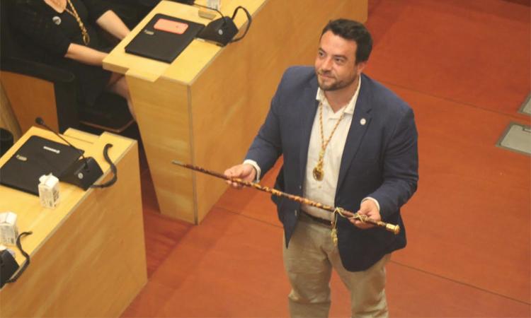 Pastor es manté a l'alcaldia de Badalona gràcies als vots de Sabater