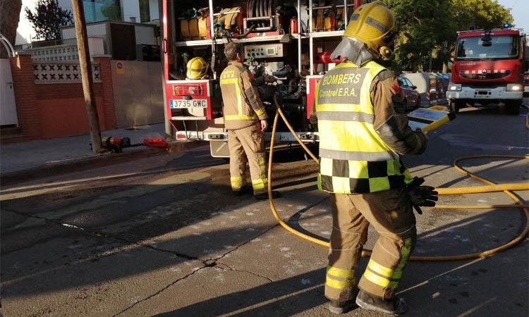 Tres persones intoxicades per fum en dos incendis de matinada a Badalona
