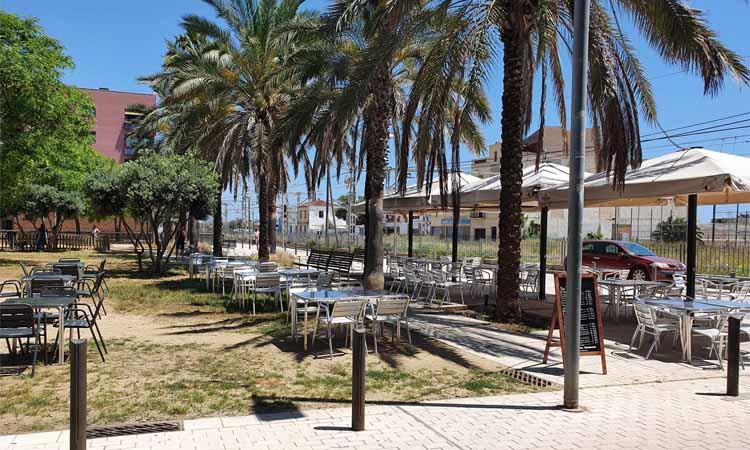 Entitats veïnals de Badalona demanen recuperar l'espai públic ocupat per terrasses