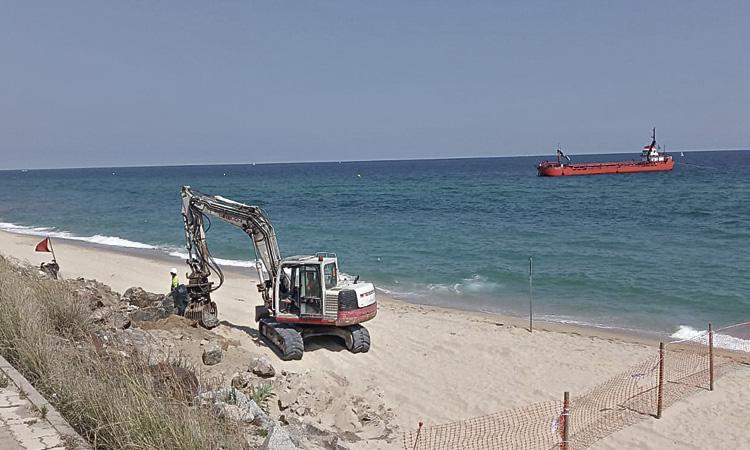 Montgat perd entre sis i deu metres de platja cada any