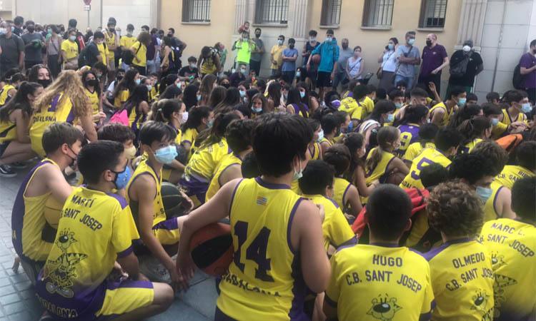 """Centenars de persones criden """"el Sampep no es toca"""""""