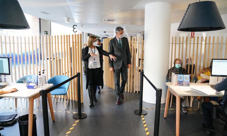 Albiol reconeix el compromís d'Aigües de Barcelona amb la ciutat en una vista a la nova oficina