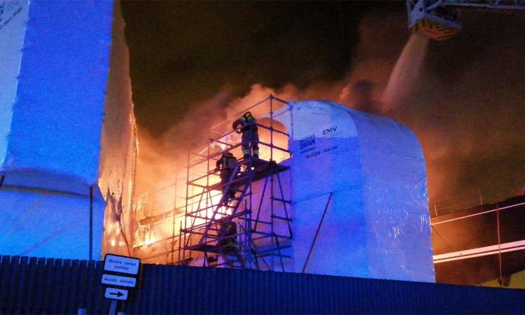 Espectacular incendi d'un vaixell al Port de Badalona