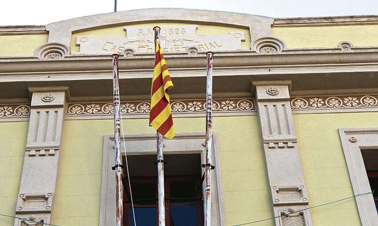Tiana retira la bandera d'Espanya i Montgat celebra avui un Ple extraordinari
