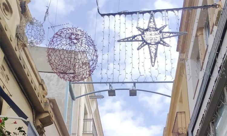 Comerciants del centre de Badalona instal·len llums de Nadal per provar nous dissenys
