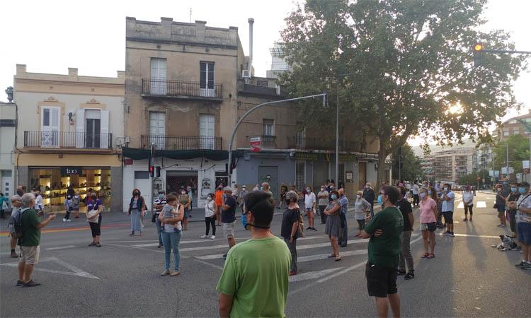 Mig centenar de persones protesten a Santa Coloma per reclamar la reducció del trànsit rodat