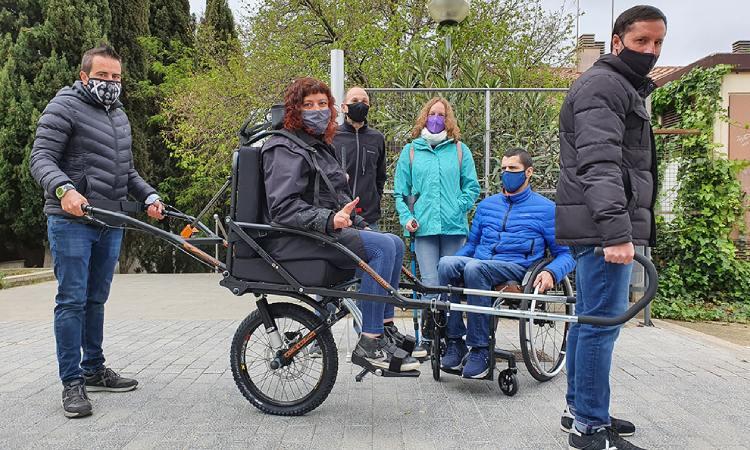 Esparreguera garanteix rutes inclusives amb la cadira Joëlette