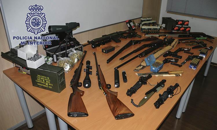 Detingut per tenir un arsenal d'armes de guerra i municions