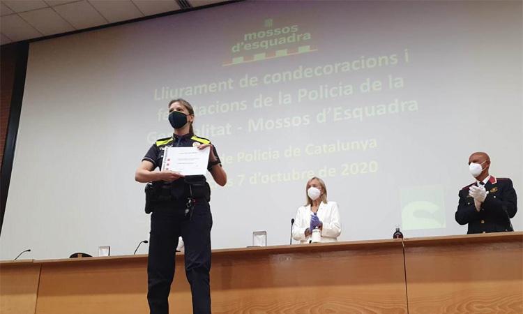 Reconeixen una policia de Sant Andreu per salvar la vida d'un company