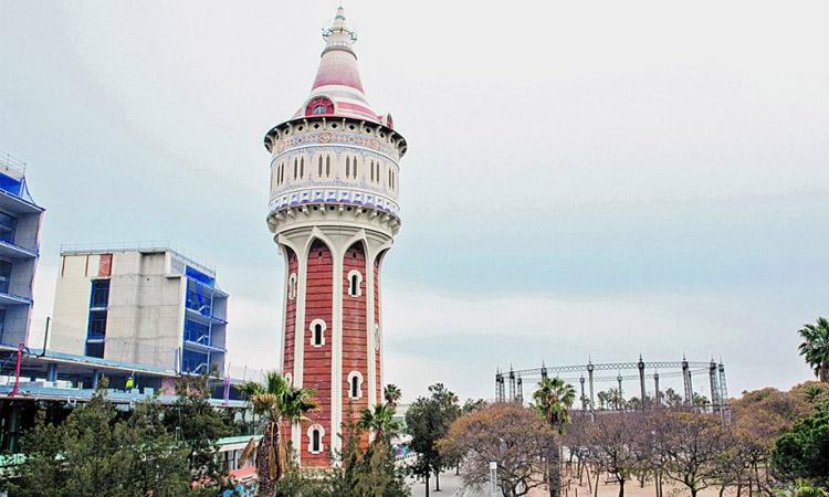 El parc de la Barceloneta i la Torre de les Aigües