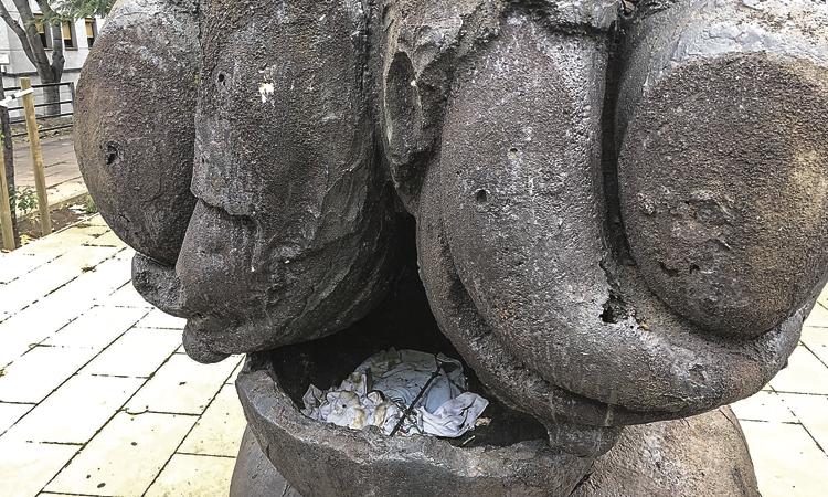 La Síndica denuncia el mal estat de les tres escultures de Plensa