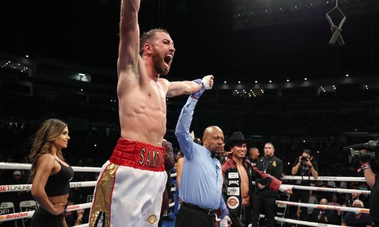 Sandor Martín fa història guanyant la llegenda de la boxa Mikey García